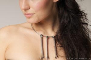 La modella posa con con la collana in stile Mechanical Beauty